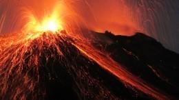 Сосиски нараскаленной магме пожарили экстремалы наКамчатке— видео