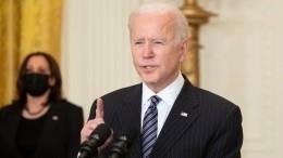 Политолог допустил связь сбоя американских соцсетей сугрозами Байдена