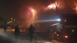 Мощный пожар охватил двухэтажное здание вСургуте. Есть пострадавшие
