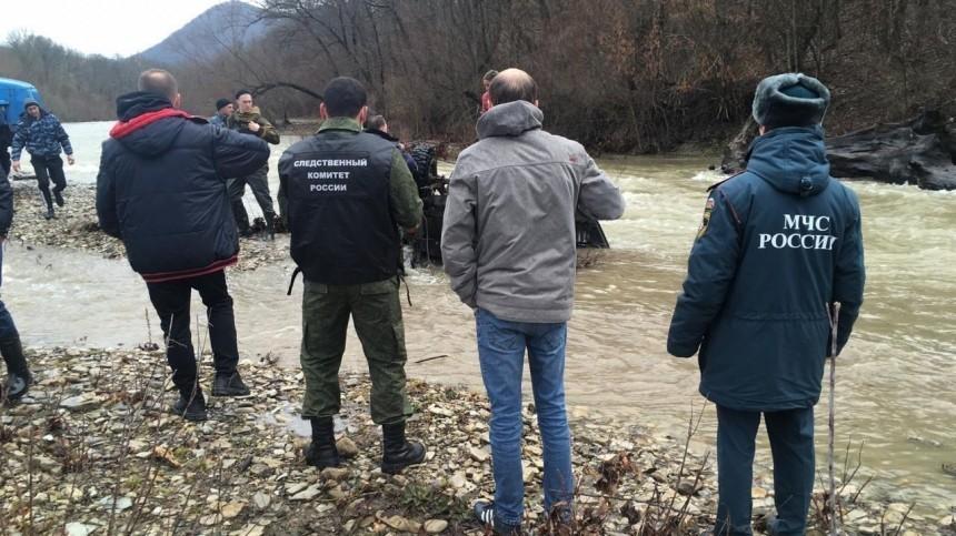 Видео сместа падения УАЗа ссемьей вреку наКубани, где погибли два человека