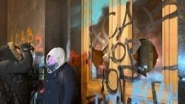 Националисты исписали оскорблениями офис Зеленского вКиеве