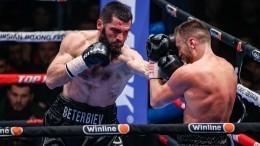 Бетербиев нокаутировал Дайнеса изащитил два чемпионских пояса