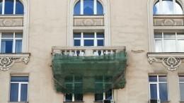 Часть балкона рухнула стретьего этажа начугунный козырек магазина вПетербурге