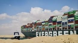 Перекрывший Суэцкий канал контейнеровоз впервые удалось сдвинуть сместа
