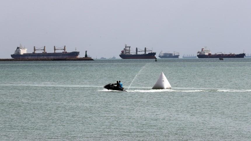 Более 320 кораблей ждут прохода через Суэцкий канал