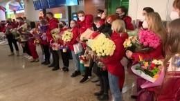 Болельщики встретили российских фигуристов-триумфаторов национальным гимном