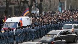 ВАрмении оппозиция требует полностью лишить власти Пашиняна