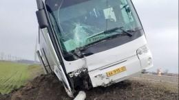 Автобус сошкольниками наКубани влетел встолб линии электропередачи