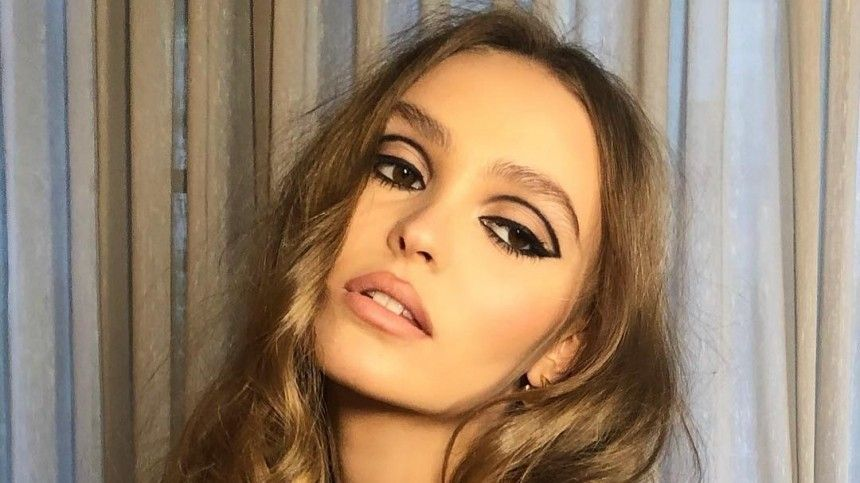 Дочь Джонни Деппа впервые снялась для обложки российского глянца вмини-платье