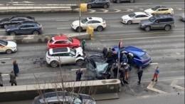 Пять машин столкнулись наСмоленской площади вцентре Москвы— видео