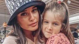 Стильная штучка: Бородина нарядила младшую дочку вбрендовый золотой пуховик