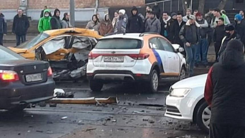 Уходил отполиции: каршеринг влетел втакси вМоскве, двое погибли— видео
