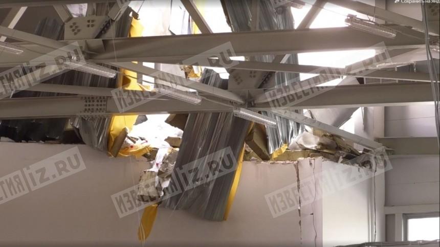 Эксклюзивное видео: крыша спорткомплекса вКирове рухнула, едва незадев детей