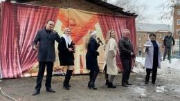 Грязь илужи вместо сцены: Депутат Госдумы спел хит Шатунова нафоне старого дома