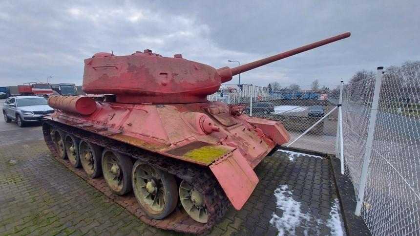 Розовый танк исамоходку сдали полиции Чехии вовремя оружейной амнистии. Она невзяла