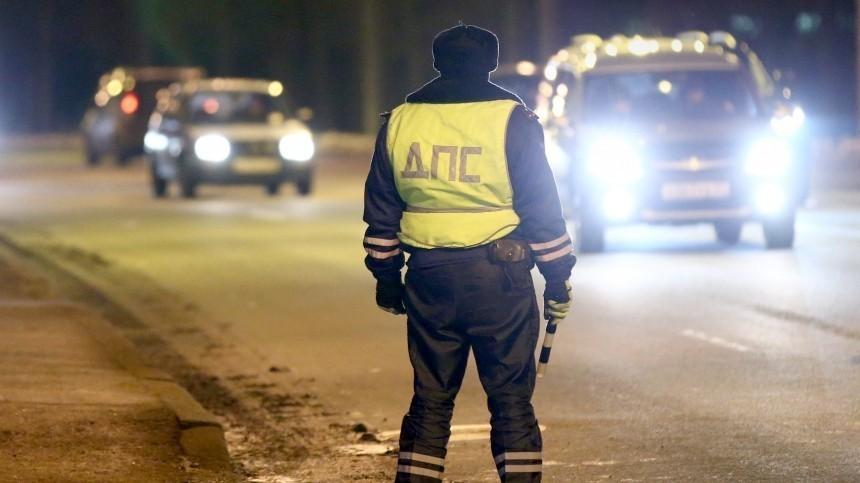 Житель ХМАО сбил полицейского ицелый километр вез его накапоте машины