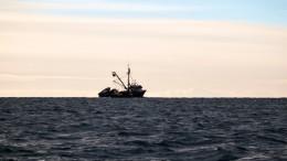 Рыболовецкий траулер горит вОхотском море с80 моряками наборту