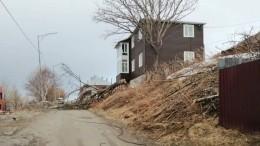 Штормовой ветер наКамчатке срывает обшивку сдомов ивалит деревья— видео