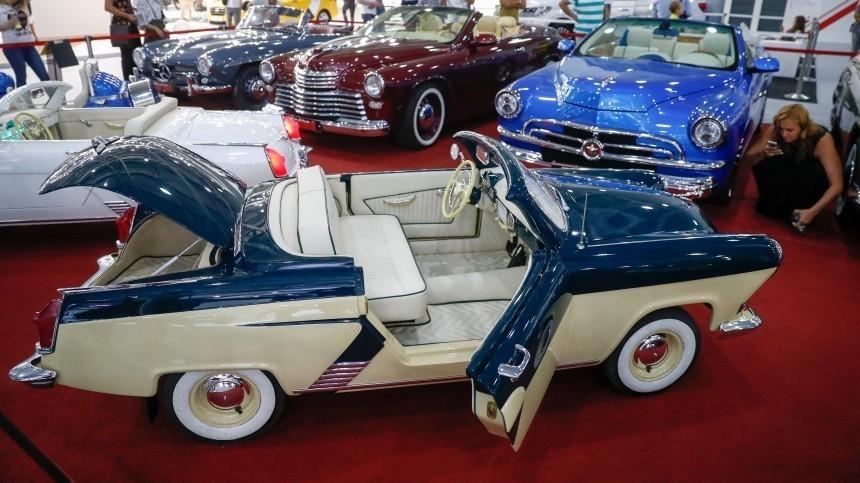 Видео: автомобиль Марти Макфлая привезли наПетербургский международный автосалон