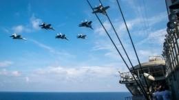 Эскадрилья истребителей Су-30МКМ пронеслась над авианосцем ВМФ США— красивые фото