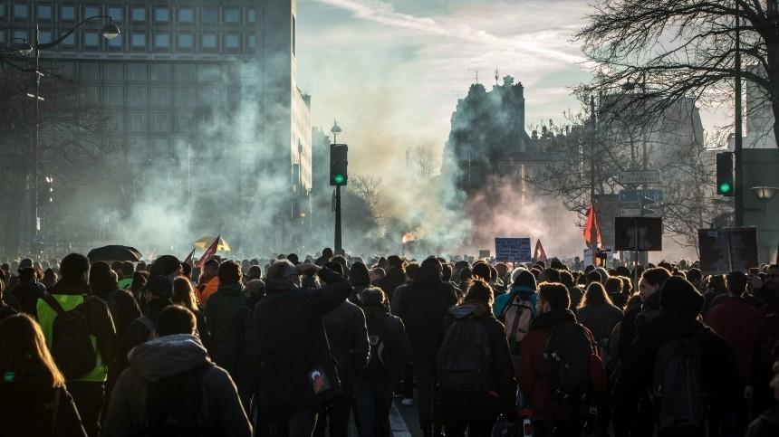 Жесткий локдаун вновь вывел европейцев наулицы, полиция неоценила