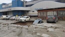 Видео: Машина провалилась под асфальт после прорыва трубы насевере Петербурга