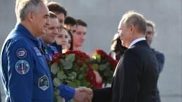 Путин посетил место приземления Гагарина ипосадил кедр— видео
