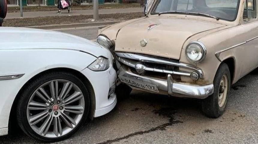 «Столкновение эпох»: встолице «Москвич» въехал навстречке вJaguar