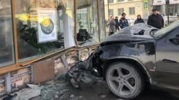 BMW сбил двух человек ираскрошил угол здания вНовосибирске— видео