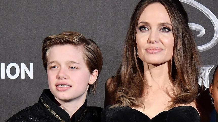 Очередная операция? Дочь Анджелины Джоли снова передвигается накостылях
