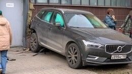 «Заново родился»: отец спас ребенка из-под колес Volvo вПетербурге напоследних секундах