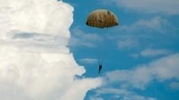 Нераскрылся парашют: военнослужащий погиб научениях вПодмосковье