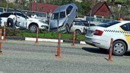 Видео: несшееся наскорости авто влетело накрышу другого. Зарулем обоих были дамы