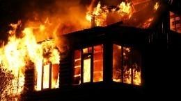 Росгвардейцы спасли мать сребенком изгорящего дома