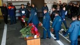 Погибшего при пожаре на«Невской мануфактуре» спасателя проводили впоследний путь под звуки сирен