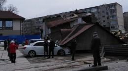 Видео: Здание обрушилось при входе впарк вЛесозаводске Приморского края