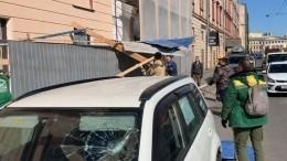 Видео: строительный забор неожидано обрушился вцентре Петербурга