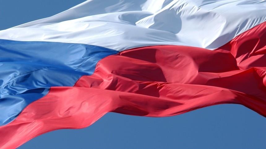 ВПраге задержали семерых хулиганов, обливших кетчупом забор посольства России