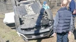 Перевернувшая иномарка «впечатала» взабор школьницу вПетербурге— видео