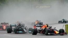 Два болида «Формулы-1» жестко столкнулись вовремя гонки— видео