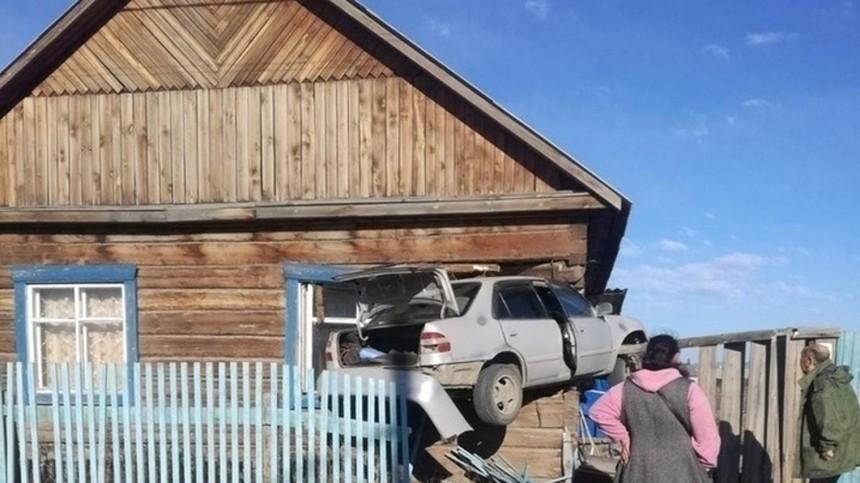 Иномарка вместо окна: Легковушка протаранила избу впригороде Улан-Удэ— фото