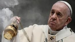 Папа Римский призвал прекратить огонь вДонбассе исесть застол переговоров