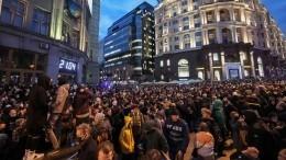 Видео: толпа набросилась наинакомыслящего нанезаконной акции вМоскве