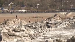 Ледяное цунами снесло ограждение нанабережной вХабаровске— невероятные кадры