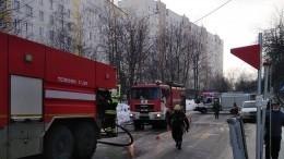 Видео: жилой многоквартирный дом наюге Петербурга полыхает натрех этажах