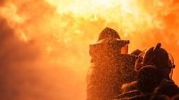 Охваченная пламенем квартира вмногоэтажке Москвы угрожает соседним помещениям