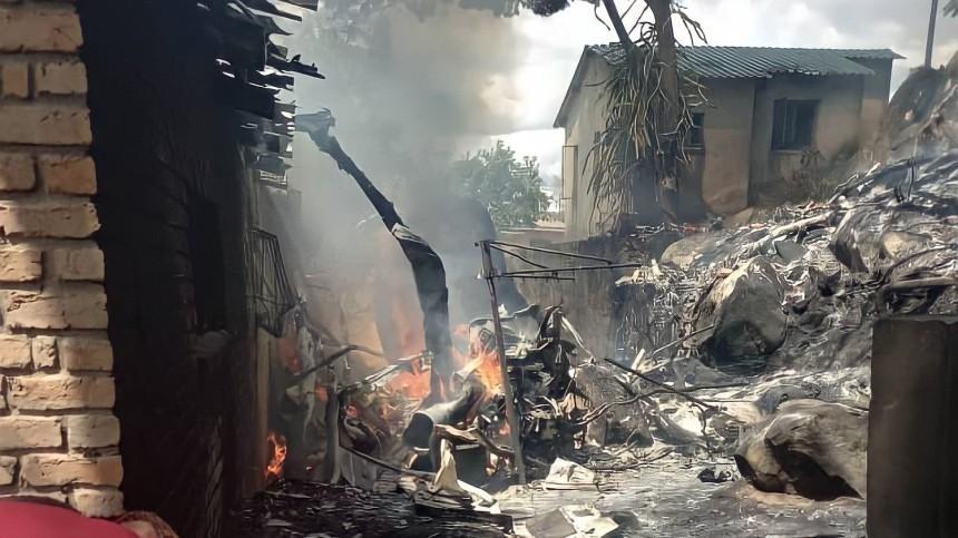 Военный вертолет влетел вжилой дом вЗимбабве, четверо погибли— видео сместа