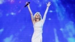 Полина Гагарина вывихнула плечо вовремя концерта— видео