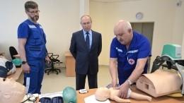 Владимир Путин осмотрел станцию скорой помощи вПушкине