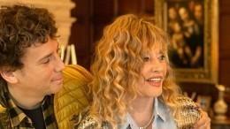 «Люблю орешки»: Галкин «засветил» жующую Пугачеву без макияжа вовремя ужина